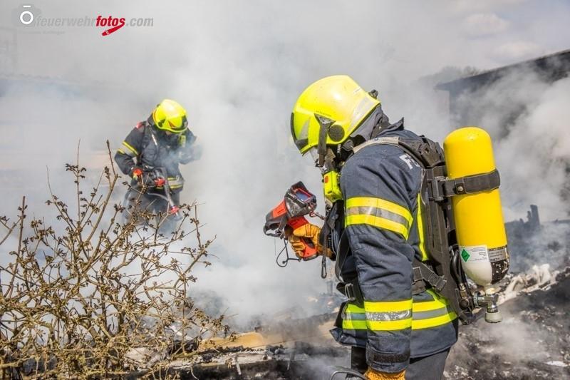 Feuerwehrmann mit Wärmebildkamer
